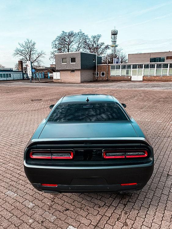 Heck Dodge Challenger foliert in Avery Dennison Satin Black Rock